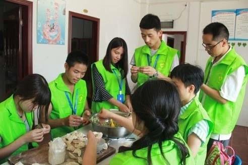志愿者做活动包饺子