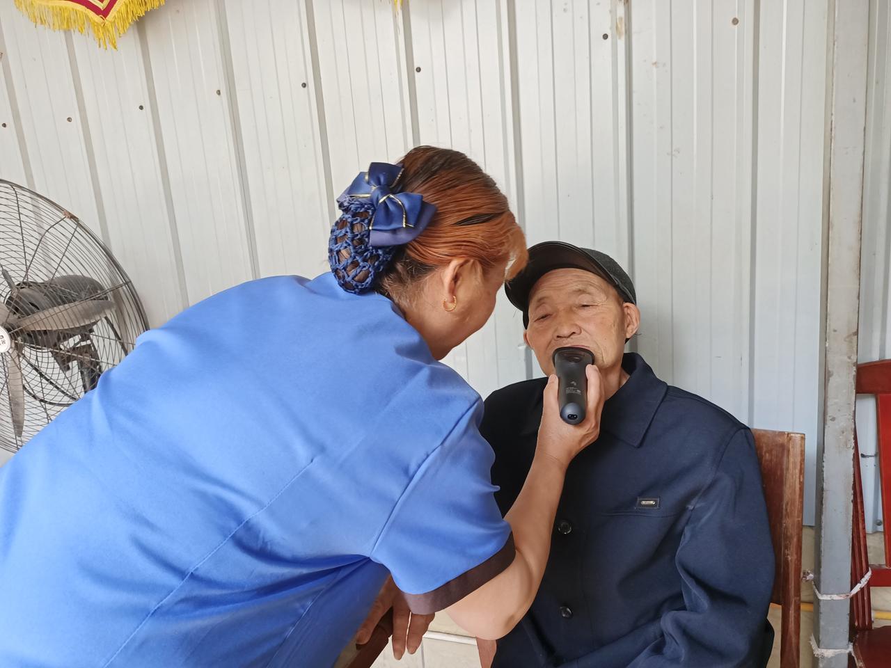 护理员为老人剃胡须