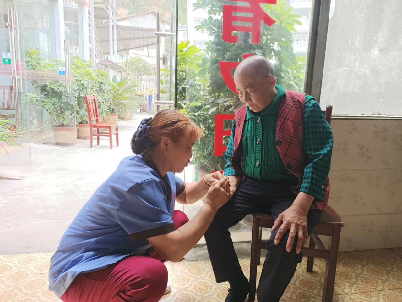 护理员为老人剪指甲